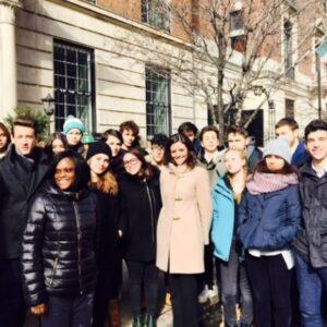 Gli studenti della scuola Marconi mercoledì davanti al Consolato, al centro la viceconsole Isabella Periotto