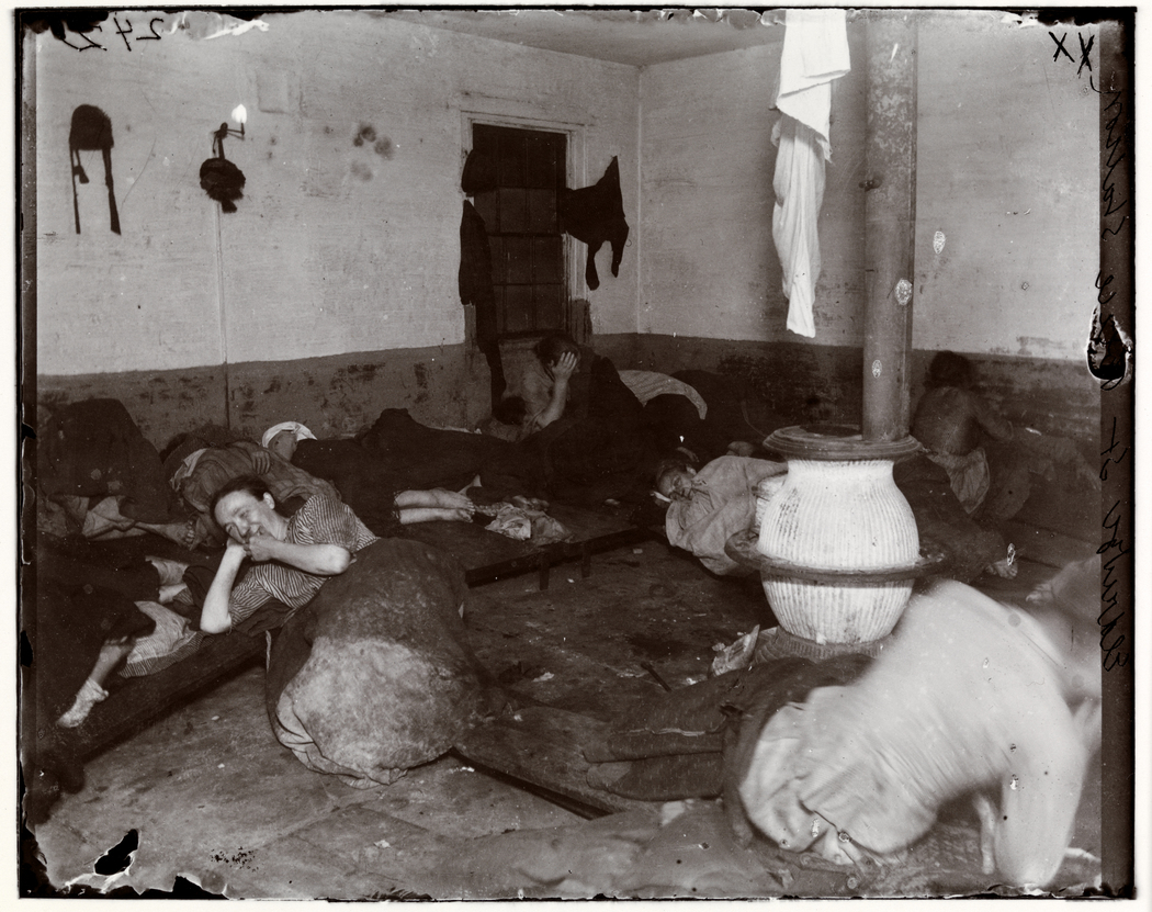 Police Station Lodgers 18. Eldridge Street Station, Women lodgers. Women sleeping on plank beds and the floor. Foto di Jacob Riis (ca. 1890). Chicago Albumen Works