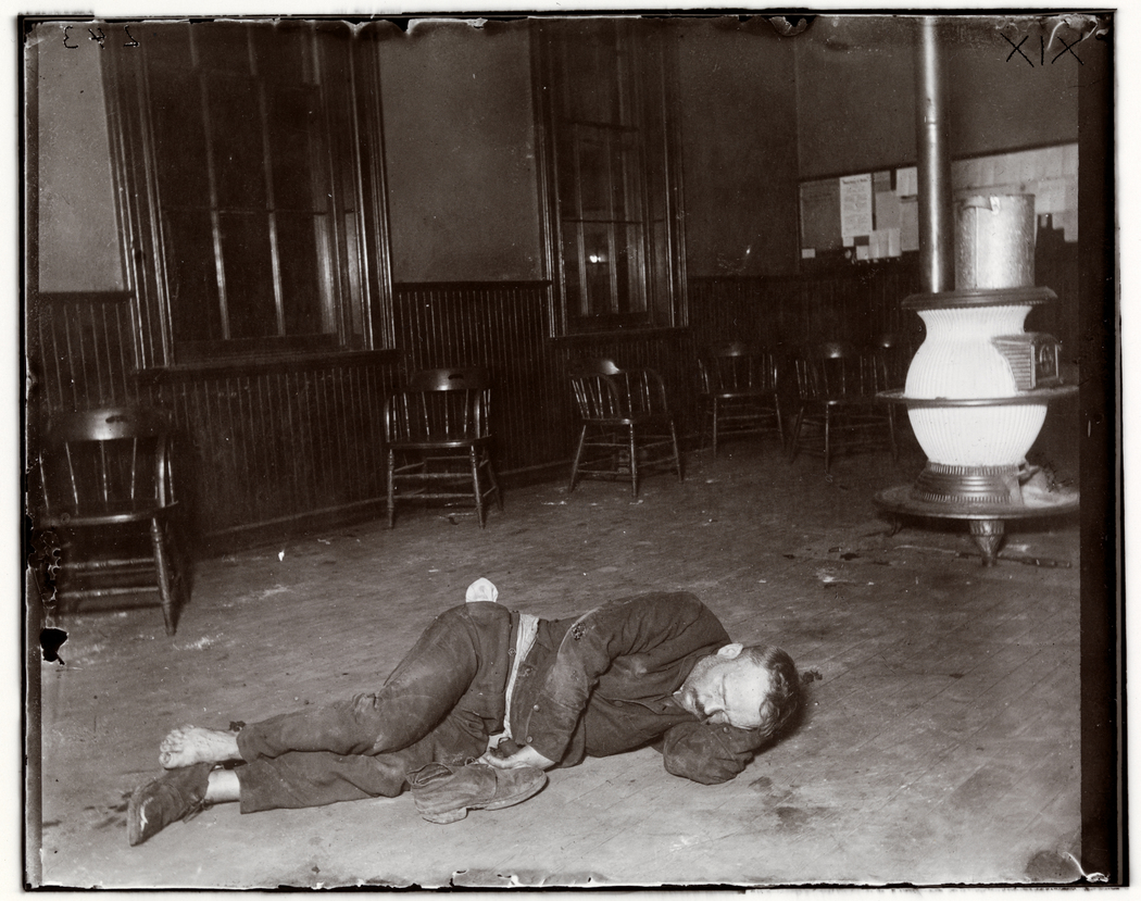 Police Station Lodgers 19. The Single typhus lodger in Eldridge Street, he lay by the stove in the policemen's room no one dreaming what ailed him. Foto di Jacob Riis. Chicago Albumen Works