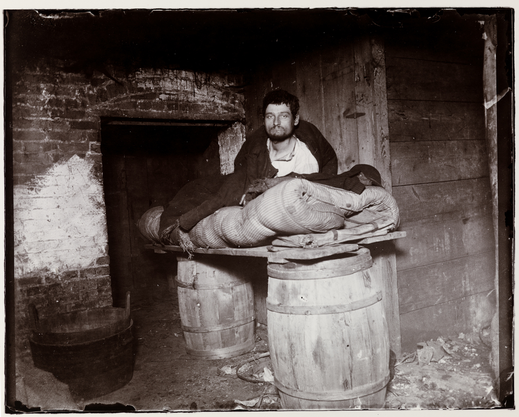 One of four pedlars who slept in cellar of 11 Ludlow Street rear. Foto di Jacob Riis (ca. 1890). Museum of the City of New York. Chicago Albumen Works