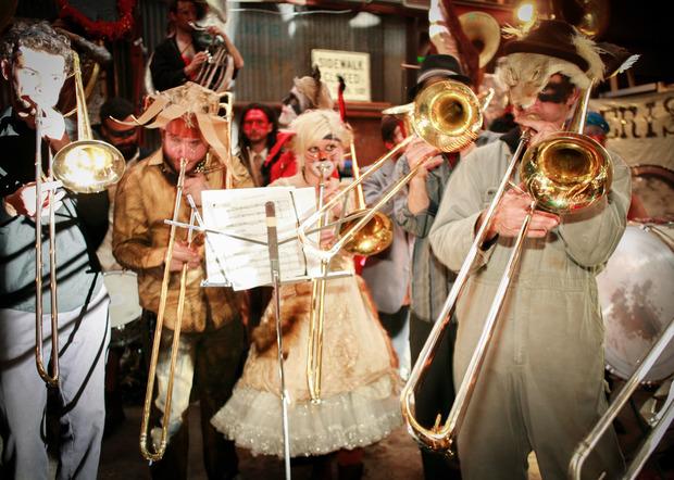 A fine parata, tutti a fare festa in un edificio industriale nel quartiere Bywater con un concerto di musica ad ottoni. Foto: Gisella Sorrentino performance e follia