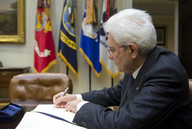 Il Presidente Sergio Mattarella firma il Libro degli Ospiti (Ph: Quirinale