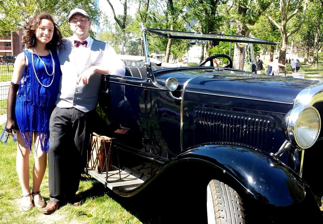 """1) Richard e Hana dal New Jersey, proprietari  della macchina d'epoca Phoeton del 1930. """"Mio padre – ci racconta Hana – ha comprato questa macchina dal Canada su ebay lo scorso novembre e ora la diamo a noleggio per eventi privati e film""""."""