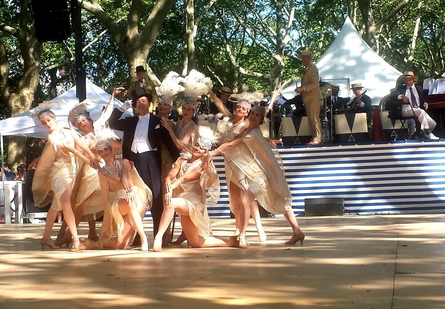 Le ballerine, accompagnate dalla voce suadente di Gregory Moore, compongono aggraziate coreografie.