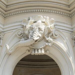 Dettagli decorativi del portale d'ingresso. Foto: Flavia Rossi