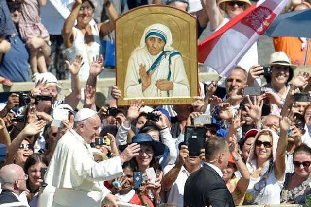 Papa Francesco in piazza San Pietro per la santificazione di Madre Teresa (Foto Afp)