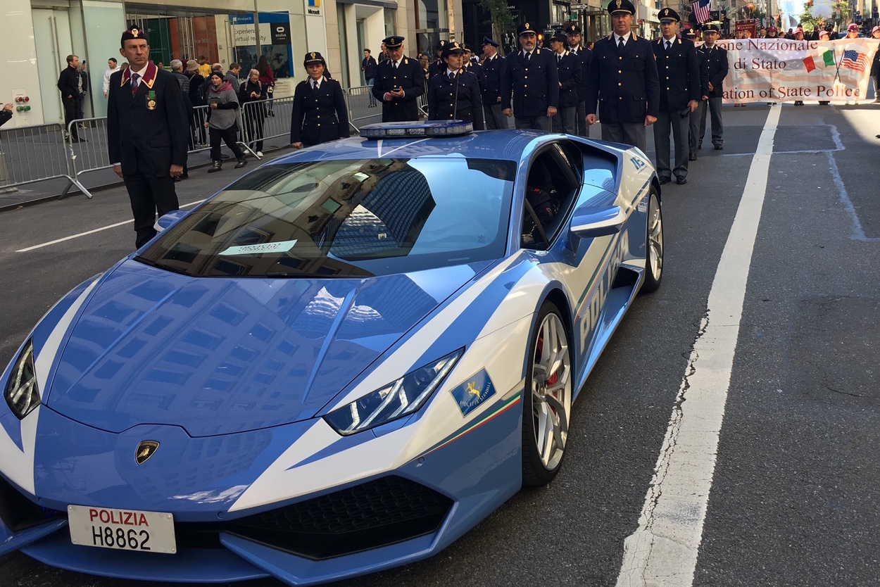The Italian police force has marched with their Lamborghini Huracan, which transports organs and blood all over Italy.