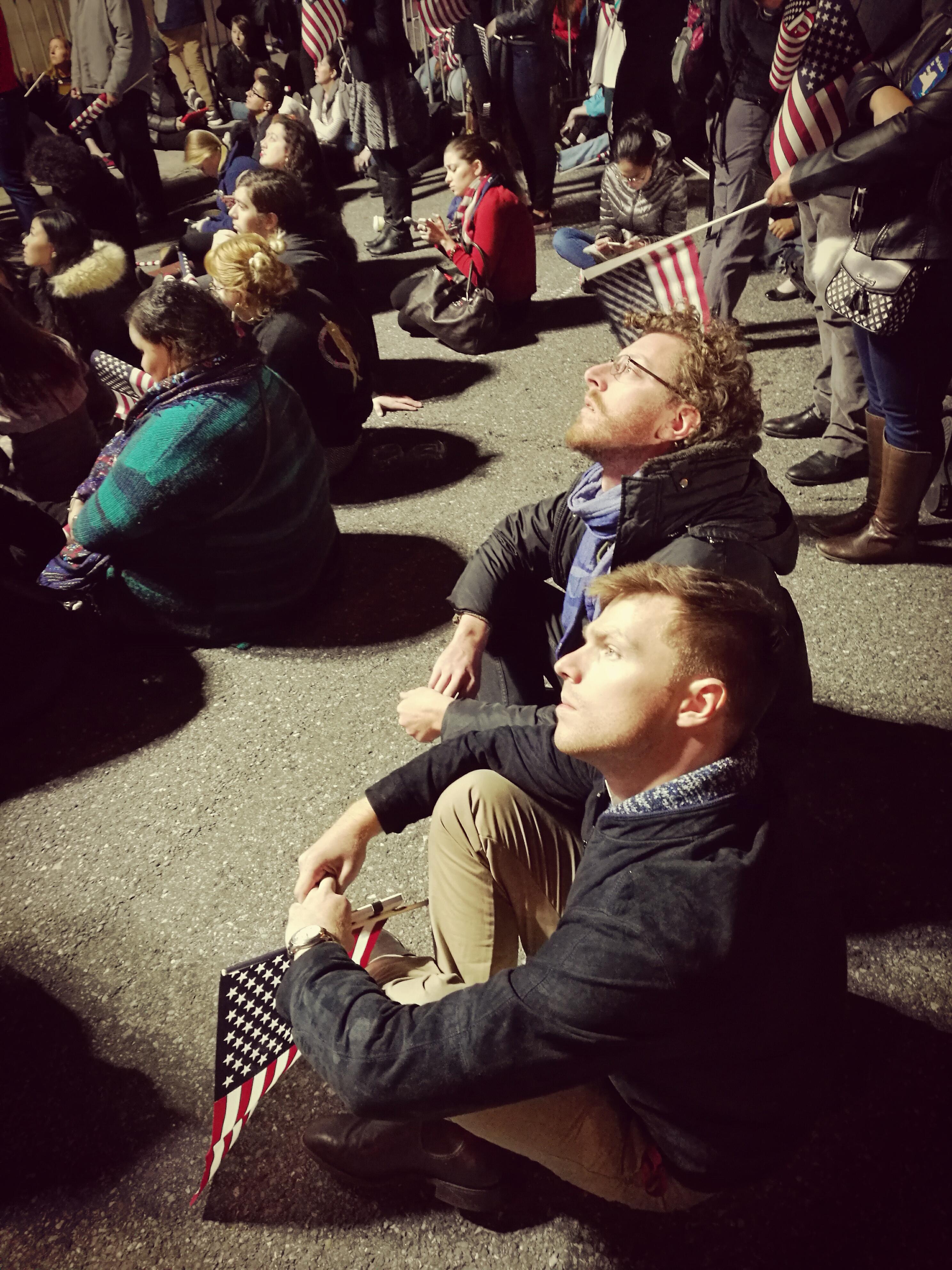Supporters guardano i risultati dal maxischermo fuori dal Javits Center