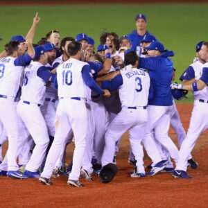La-nazionale-italiana-di-baseball-festeggia-dopo-aver-sconfitto-gli-avversari-ne-match-italia-messico