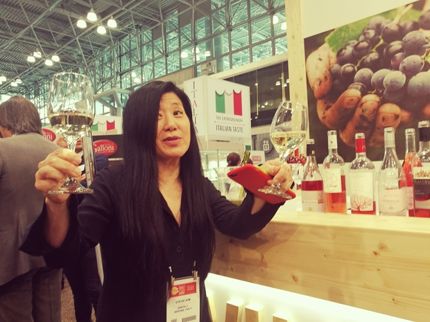 Stevie Kim, xx managing director di Vinitaly International, è stata la madrina del wine bar allestito nella meeting area del padiglione italiano