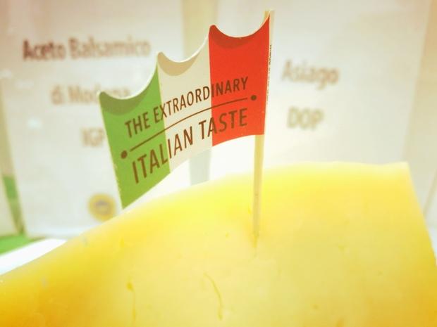 Prodotti IGP e DOP per l'aperitivo nella meeting area del padiglione italiano