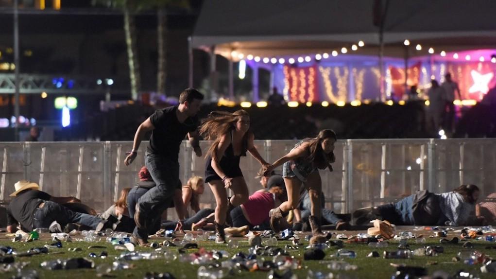 59 morti e 500 feriti: è gravissimo il bilancio della sparatoria avvenuta il 2 ottobre 2017 a Las Vegas, dove un uomo di 64 anni (Stephen Paddock) spara dal balcone di un hotel sulla folla presente a un concerto country.