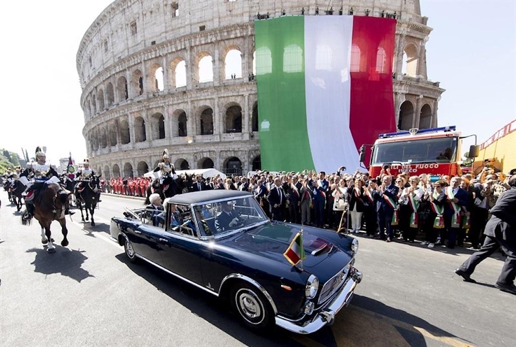 La macchina col Presidente Sergio Mattarella passa davanti al Colosseo nel giorno della Festa della Repubblica (Foto Quirinale.it)