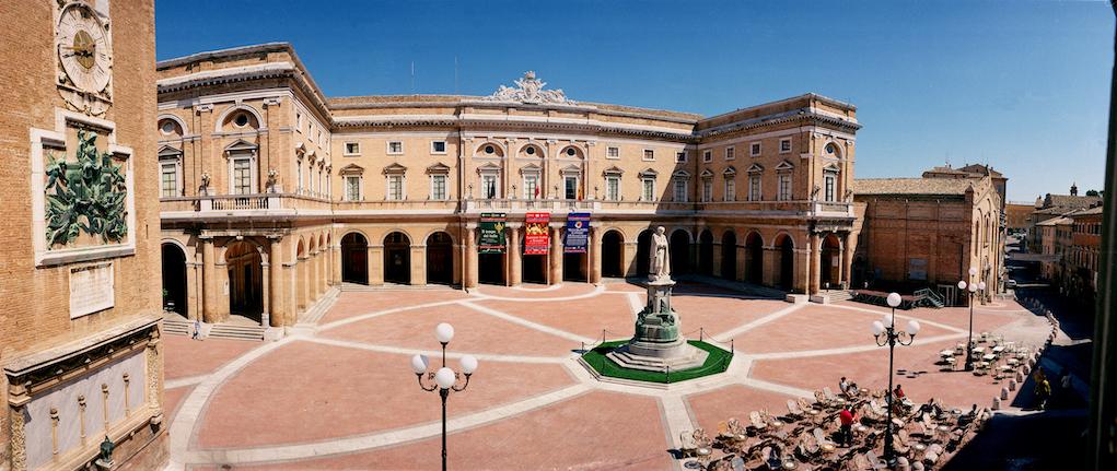 Recanati, Piazza Leopardi, archivio fotografico della regione Marche.