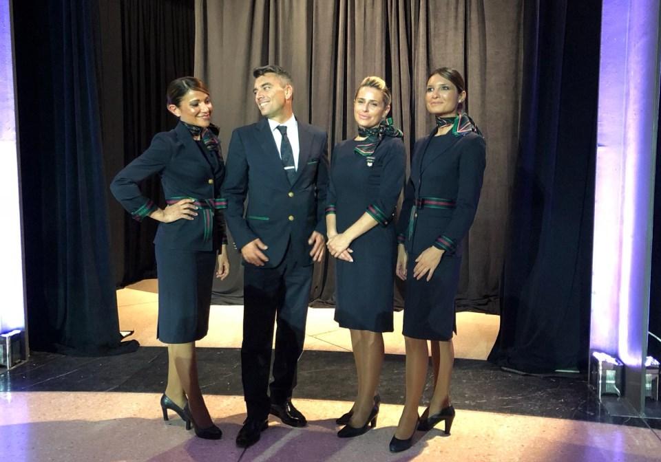 Gli assistenti di volo Alitalia Emanuela, Jacopo, Alessia e Grazia si prestano per una foto di gruppo
