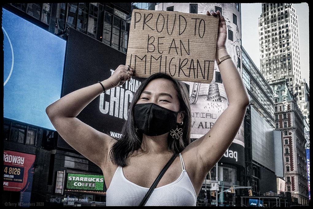 Times Square: Orgogliosa di essere un immigrata (Foto di Terry W. Sanders)
