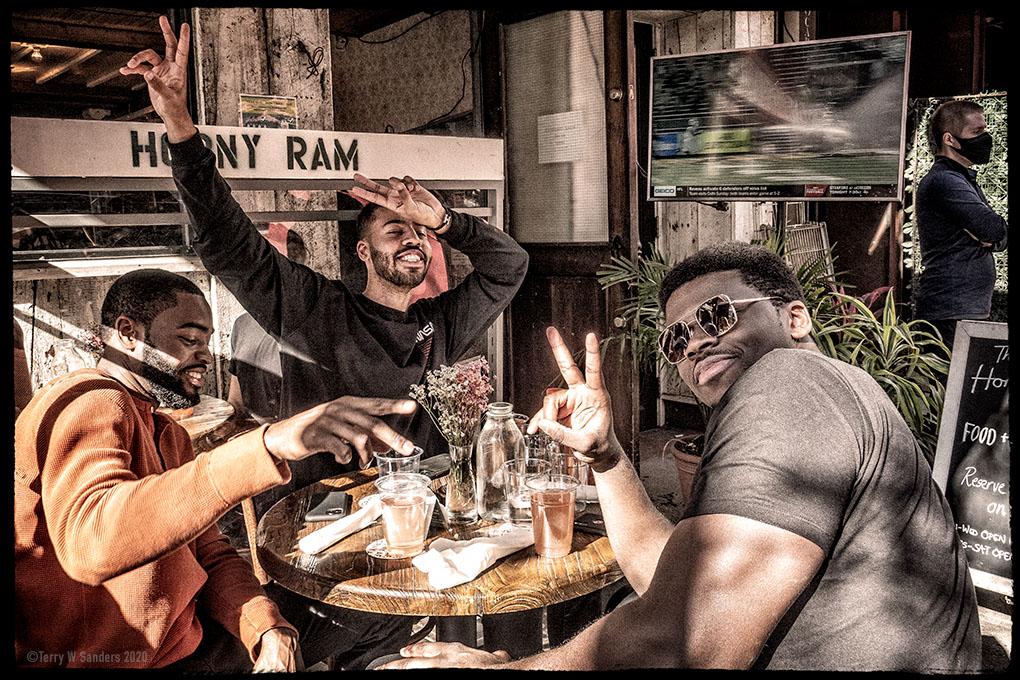 Ragazzi celebrano sulla 3rd Ave, Midtown Manhattan
