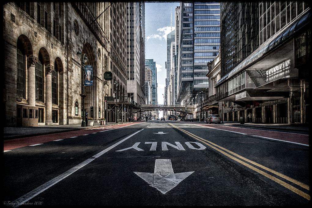 Aprile 2020, New York deserta a causa del lockdown, 42nd st nel primo pomeriggio (di Terry W. Sanders)