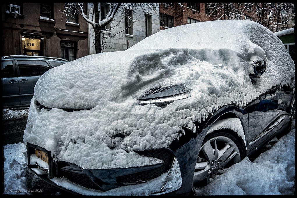 Una macchina ricoperta di neve, prima tempesta dell'inverno, dicembre 2020, New York (di Terry W. Sanders)