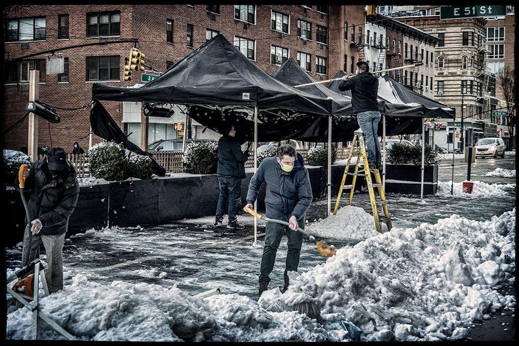 Le persone spalano la neve dai marciapiedi sulla 2nd Avenue, Midtown, New York (di Terry W. Sanders)