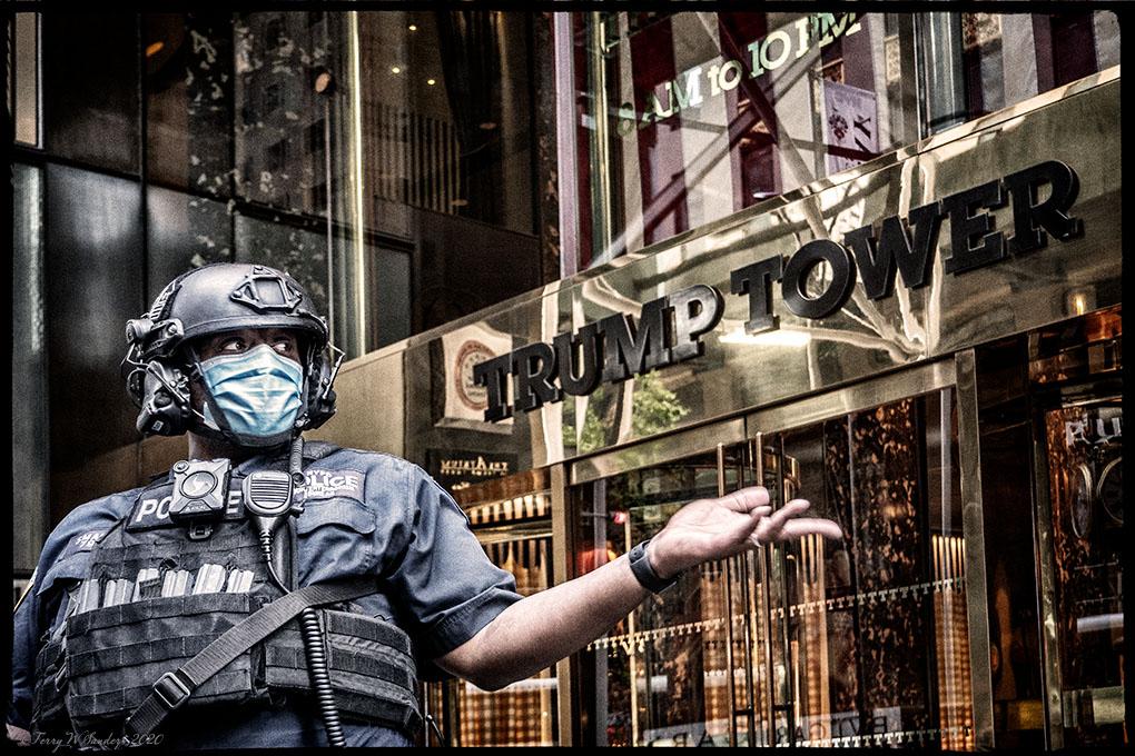 Settembre 2020, New York: con l'avvicinarsi delle elezioni, le strade diventano più tese e la Trump Tower diventa un accampamento armato senza più accesso pubblico (Foto di Terry W. Sanders)
