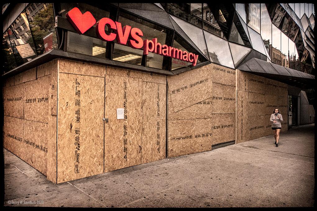 Maggio 2020, New York, CVS blindato a causa delle proteste (di Terry W. Sanders)