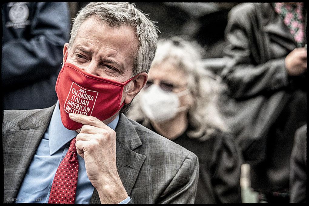 Il sindaco Bill de Blasio con la mascherina del Calandra Italian American Institute durante la cerimonia sotto la statua di Dante Alighieri (Foto di Terry W. Sanders)