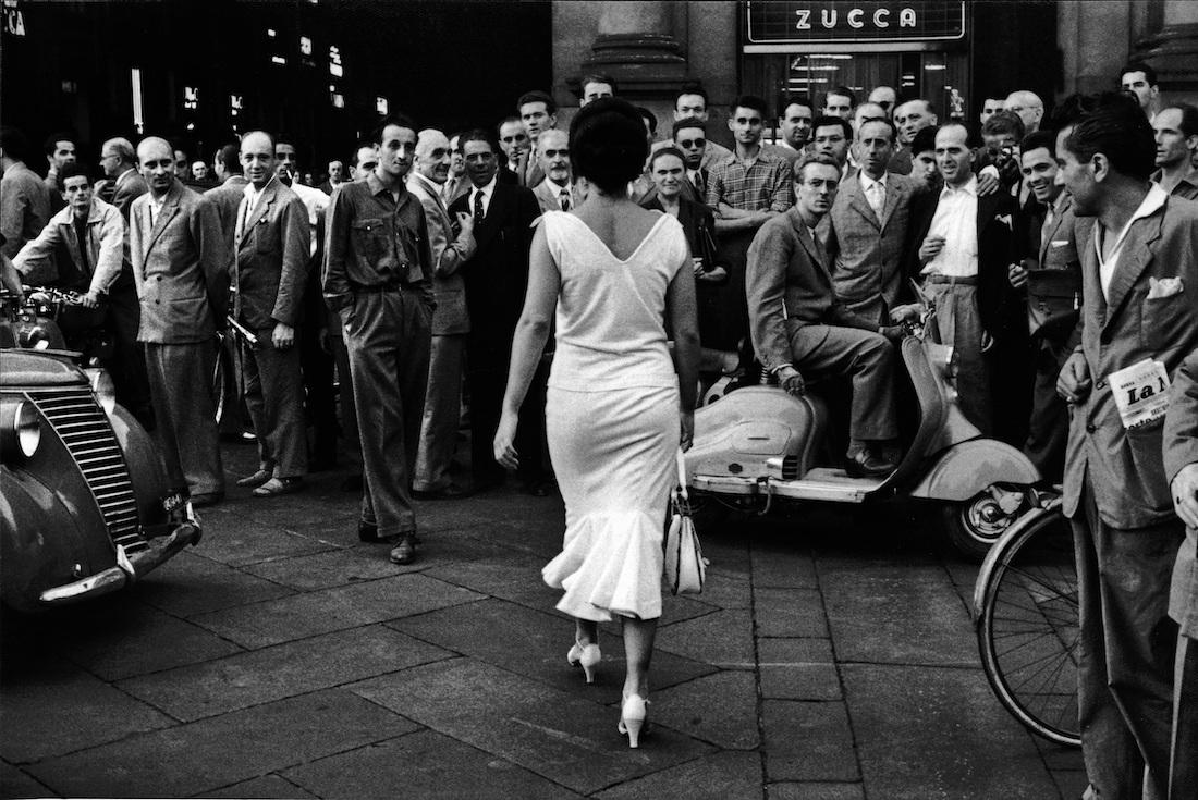 Gli italiani si voltano in uno scatto di Mario De Biasi
