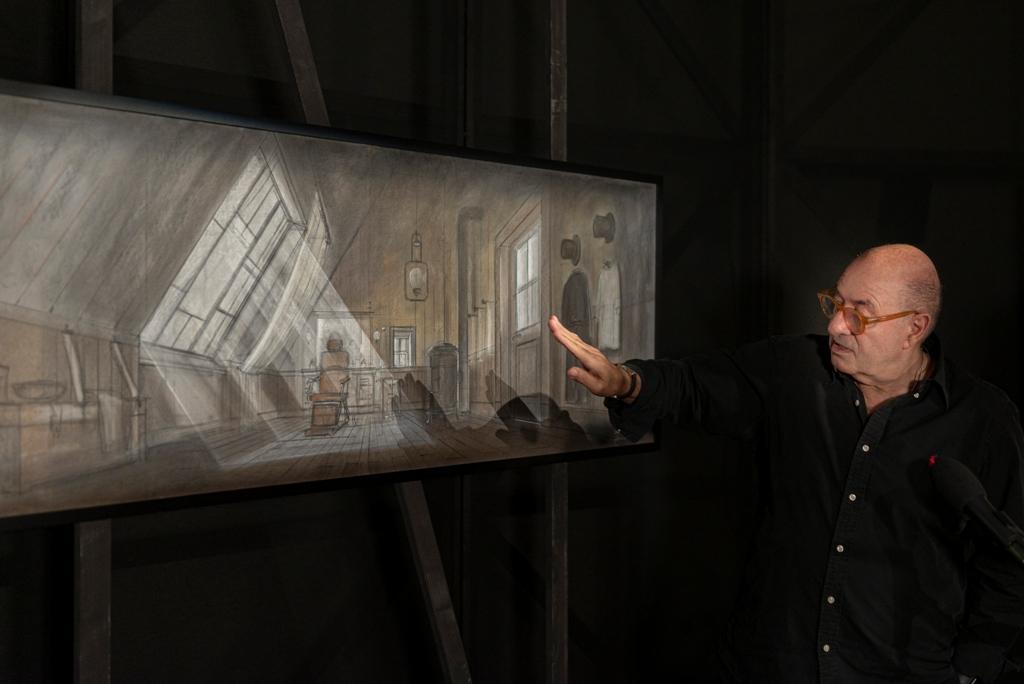 Il premio Oscar Dante Ferretti intento a spiegare una delle sue opere alla mostra.