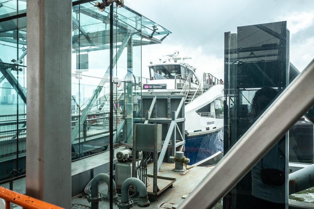Il sindaco di New York, Bill de Blasio, inaugura la nuova rotta dei traghetti NY Ferry per raggiungere Staten Island (foto di Francesca Magnani)
