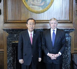Il Segretario Generale dell'ONU Ban Ki-moon con il Presidente della Columbia University Lee Bollinger (UN Photo/Evan Schneider)