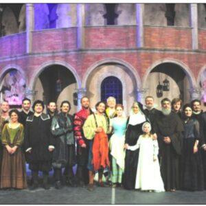 Nella foto, il cast dei Promessi Sposi, spettacolo di Michele Guardì