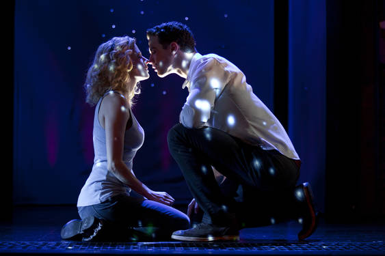 "Nella foto, Caissie Levy con Richard Fleeshman nel musical ""Ghost"""