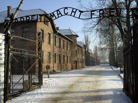 In foto, l'ingresso del campo di concentramento di Auschwitz (DE)