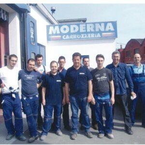 Al centro il carrozziere Paolo Favaretto con i suoi operai