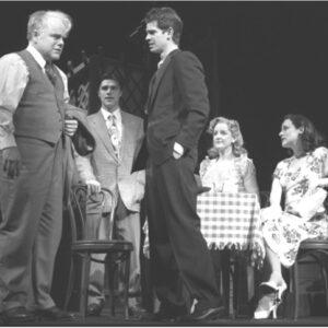 """Nella foto, Philip Seumour Hoffman (a sinistra) in una scena di gruppo in """"Death of a Salesman"""" di Arthur Miller"""