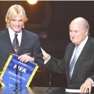 Nella foto, Simone Farina premiato dal presidente della Fifa, Sepp Blatter