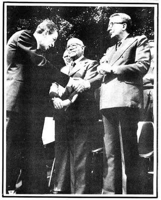 Il leader del Pci Enrico Berlinguer stringe la mano al Premier Giulio Andreotti