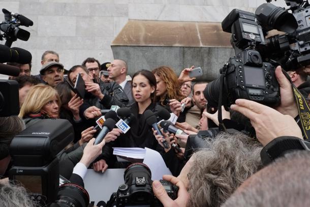 Karima el-Mahroug, detta Ruby Rubacuori, fuori dal tribunale di Milano attorniata dai giornalisti