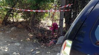 Un mazzo di fiori lasciato all'inizio della strada di campagna dove e' stato trovato il corpo carbonizzato di Fabiana Luzzi