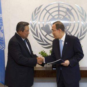 Il Segretari Generale dell'Onu Ban Ki-moon (a destra) riceve il rapporto sul Post-2015 Development Agenda dal Presidente dell'Indonesia Susilo Bambang Yudhoyono (Foto Onu/Mark Garten)