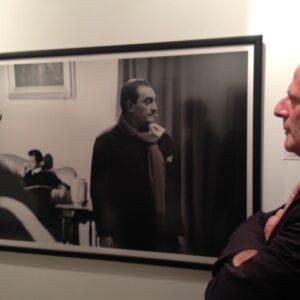 Stefano Albertini, direttore della Casa Italiana della NYU, osserva la sua foto preferita della mostra sul Gattopardo