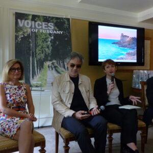 Da sin. il console generale Natalia Quintavalle, Andrea Bocelli, l'interprete Maria Galetta, il direttore dell'Enit Eugenio Magnani