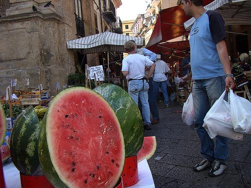 Venditori di angurie in un mercato di Palermo