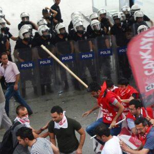 Una immagione degli scontri tra polizia e dimostranti a Istanbul