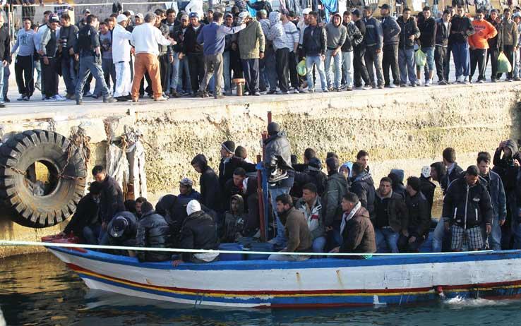 Uno dei tanti sbarchi di disperati nell'isola di Lampedusa