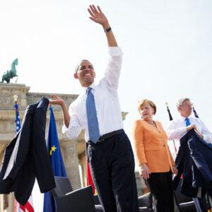 Barack Obama ieri a Berlino. Sotto, nello stesso posto mezzo secolo fa, John F. Kennedy