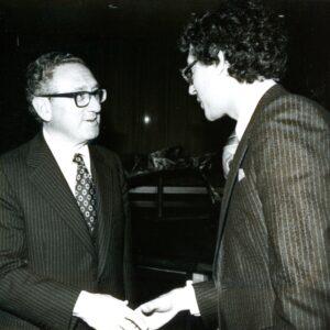 Nella foto, l'incontro di Dom Serafini con Henry Kissinger a New York City nel 1975 per discutere brevemente di eurocomunismo e del compromesso storico di Aldo Moro, al quale Kissinger si oppose