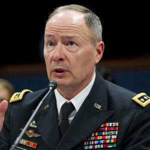 Il Direttore della NSA Gen. Keith Alexander testimonia davanti al House Select Intelligence Committee sul Programma Prism della NSA durante una seduta al Congresso di Washington, D.C., 18 Giugno, 2013. (Saul Loeb/AFP/Getty Images)