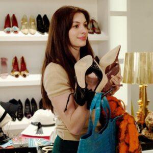 Annie Hathaway in una scena del film Il diavolo veste Prada (2006)